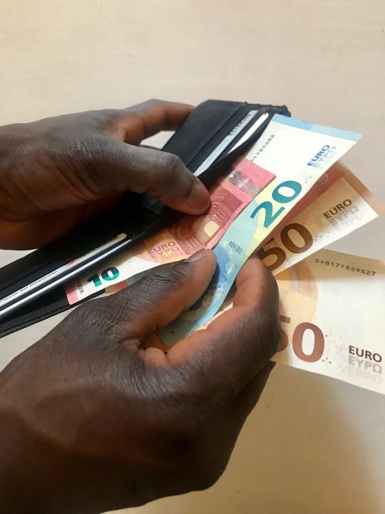 Tutte le filiali di Poste Italiane dovranno aprire conti correnti di base ai richiedenti asilo
